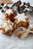 Biscuits de Noël et ustensiles de cuisson photos libres de droits