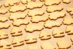 Biscuits de Noël faisant cuire au four dans le four Photos stock