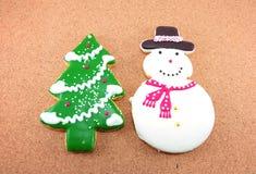 Biscuits de Noël ; homme de neige et arbre de Noël Image libre de droits