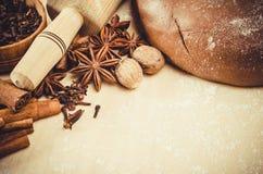 Biscuits de Noël Pâte de pain d'épice avec l'épice Photo stock
