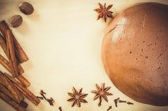 Biscuits de Noël Pâte de pain d'épice avec l'épice Photographie stock libre de droits