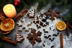 Biscuits de Noël sous forme de flocons et d'arbres de Noël, décorés de l'orange sèche, épices et époussetés avec de la farine Nou Images stock