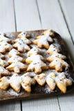 Biscuits de Noël sous le sucre en poudre photographie stock
