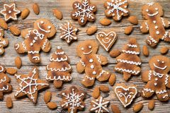 Biscuits de Noël sur en bois Images libres de droits