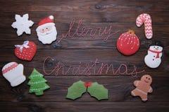 Biscuits de Noël sur la table en bois avec la fin de branche de sapin  Photos stock