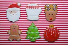 Biscuits de Noël sur la vue supérieure de fond de rayure Divers types configuration d'appartement de biscuits de pain d'épice de  Image stock