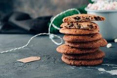 Biscuits de Noël sur le fond du ` s de nouvelle année photographie stock
