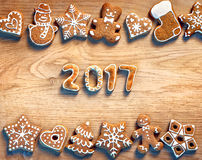 Biscuits de Noël sur le fond en bois 2017 Photos stock