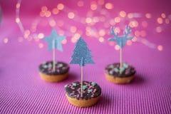 Biscuits de Noël sur le fond rose Images libres de droits