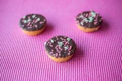 Biscuits de Noël sur le fond rose Photos libres de droits