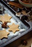 Biscuits de Noël sur le plateau de cuisson images libres de droits