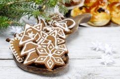 Biscuits de Noël sur le plateau en bois Photographie stock libre de droits