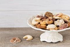 Biscuits de Noël sur un etagere Images stock