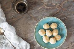 Biscuits de noix de coco avec du café image libre de droits