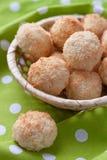 Biscuits de noix de coco dans un panier en osier Images libres de droits
