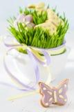 Biscuits de Pâques avec l'herbe Photo libre de droits