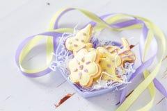 Biscuits de Pâques dans la cuvette en forme de coeur Photographie stock libre de droits
