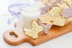 Biscuits de Pâques dans le support d'oeufs, lait Photo stock