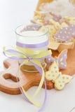 Biscuits de Pâques dans le support d'oeufs, lait Photographie stock