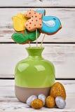 Biscuits de Pâques et oeufs scintillants Photographie stock