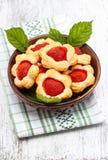 Biscuits de pâte feuilletée remplis de fraises fraîches Image stock