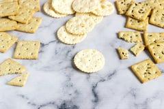 Biscuits de pain azyme, biscuits salés avec les graines de sésame et graines de lin sur un fond clair images libres de droits