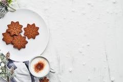 Biscuits de pain d'épice avec la boisson chaude de cacao image libre de droits