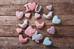 Biscuits de pain d'épice d'amour sur une table en bois vue supérieure horizontale Image libre de droits