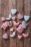 Biscuits de pain d'épice d'amour sur une table en bois Vue supérieure verticale Photo libre de droits