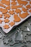 Biscuits de pain d'épice de cuisson photographie stock