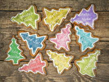 Biscuits de pain d'épice de Noël avec des salutations saisonnières Photos libres de droits