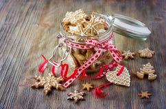 Biscuits de pain d'épice de Noël, décoration rustique de fête de table Image libre de droits