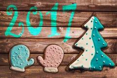 biscuits 2017 de pain d'épice de Noël sur le bois Images libres de droits