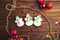 Biscuits de pain d'épice de Noël sur le fond en bois illustration stock