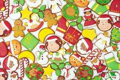 Biscuits de pain d'épice de Noël sur le fond en bois Image libre de droits
