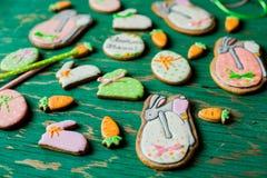 Biscuits de pain d'épice de Pâques sous forme de lièvres et carottes Photo libre de droits