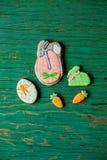 Biscuits de pain d'épice de Pâques sous forme de lièvres et carottes Photos libres de droits