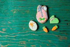 Biscuits de pain d'épice de Pâques sous forme de lièvres et carottes Photographie stock