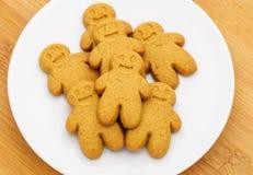 Biscuits de pain d'épice de plat Photos stock