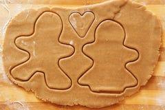 Biscuits de pain d'épice, formes et ingrédients faits maison de cuisson Photographie stock libre de droits