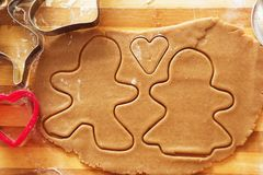 Biscuits de pain d'épice, formes et ingrédients faits maison de cuisson Image libre de droits
