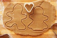 Biscuits de pain d'épice, formes et ingrédients faits maison de cuisson Images stock