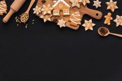 Biscuits de pain d'épice de Noël, épices sur la planche à découper images libres de droits