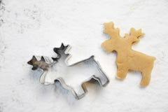 Biscuits de pain d'épice de Noël avec le coupeur, la pâte et la goupille, plein cadre photos stock