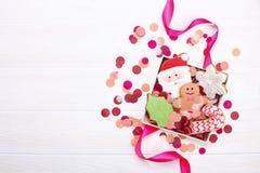 Biscuits de pain d'épice de Noël dans la fin en bois blanche de fond de boîte-cadeau  Image libre de droits