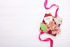 Biscuits de pain d'épice de Noël dans la fin en bois blanche de fond de boîte-cadeau  Image stock
