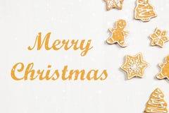Biscuits de pain d'épice de Noël de différentes formes sur une table en bois blanche Joyeux Noël photographie stock