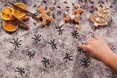 Biscuits de pain d'épice de Noël et étoiles de dessin de main d'enfant en Th image stock