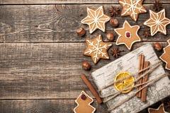 Biscuits de pain d'épice de Noël et décoration de boîte-cadeau sur en bois Photos libres de droits