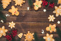Biscuits de pain d'épice de Noël faits maison avec des branches d'arbre de Noël et de décor de nouvelle année sur la table avec l photo libre de droits